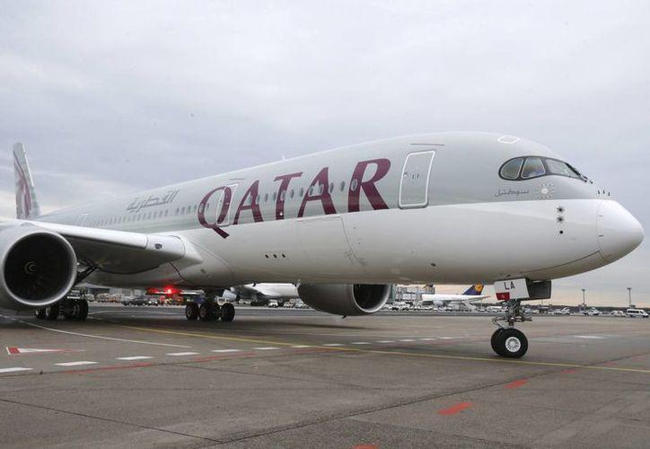 El nuevo Airbus A 350 de Qatar Airways aterrizó procedente de Doha, en el aeropuerto de Francfort, Alemania, el jueves 15 de enero de 2015. (Foto AP/Michael Probst)