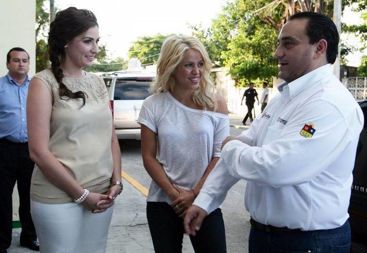 Shakira y el gobernador Roberto Borge Angulo. (Archivo/SIPSE)
