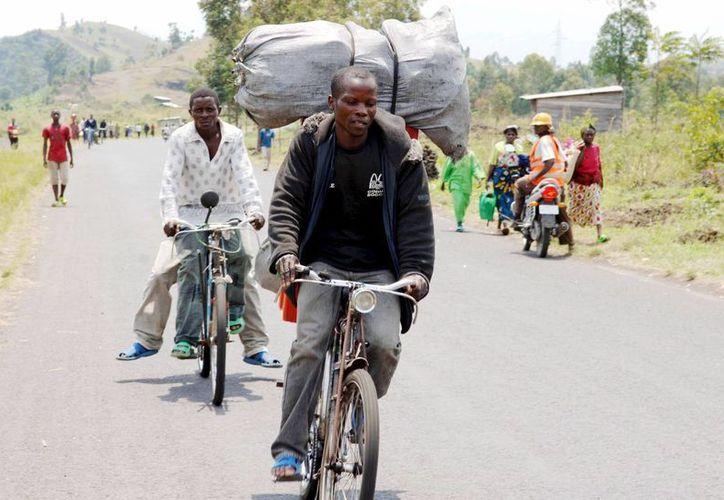 En muchos casos los niños de Congo cruzaron solos la frontera después de perder a sus padres. (EFE)