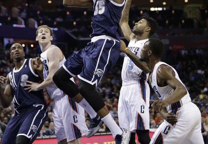 Durant (c) encestó 14 unidades en el cuarto período y terminó acertando 14 de 28 tiros de campo. (Agencias)