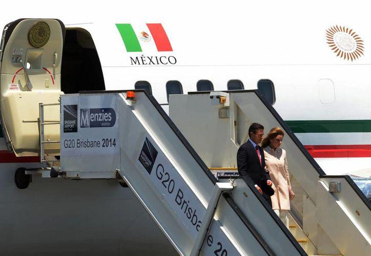 Imagen del presidente Enrique Peña Nieto y su esposa Angélica Rivera cuando arribaron a Brisbane, Australia, el pasado jueves. El Mandatario arribó hoy a México. (Foto de archivo/Notimex)