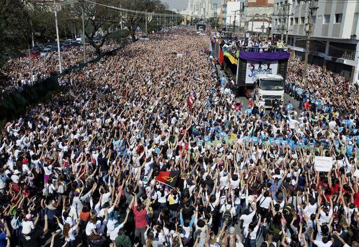"""Millones de fieles salieron a las calles de Sao Paulo para participar en la """"Marcha de Jesús"""". (EFE)"""