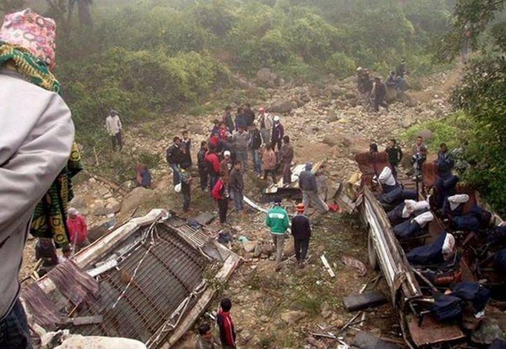 El vehículo se deslizó luego que el borde de la carretera se desprendió. Foto de contexto. (twitter/@elPeriodicoDM)