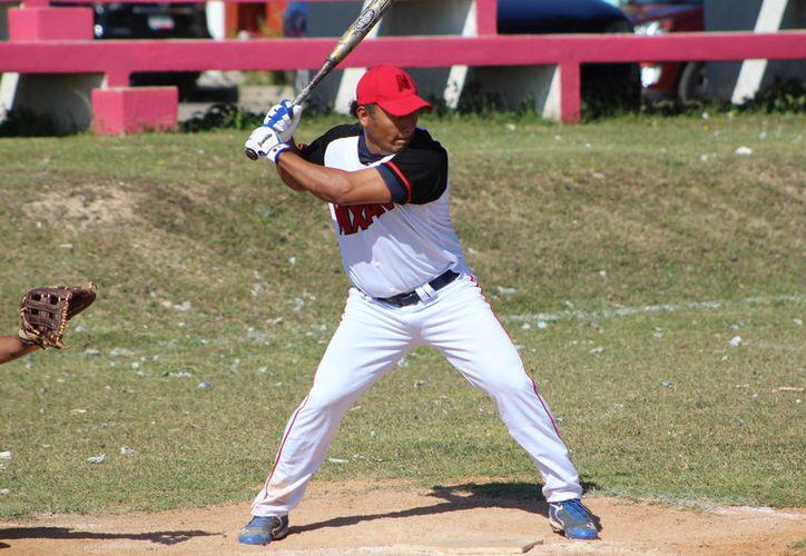 Pollería Mixtán consiguió una importante victoria dentro de la Liga de Softbol, luego de vencer a los Arlequines con pizarra de 14-7. (Miguel Maldonado/SIPSE)