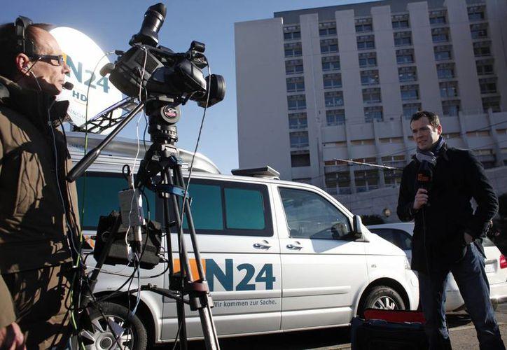 Medios de comunicación de todo el mundo montan guardia afuera del hospital donde es atendido 'Schumi'. (Foto: Agencias)