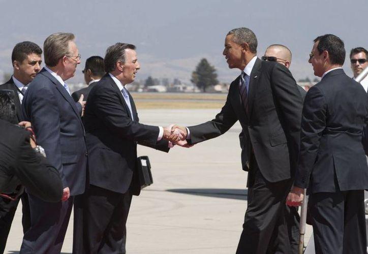 El secretario de Relaciones Exteriores, José Antonio Meade (i) saluda al presidente de EU, Barack Obama, en el aeropuerto de Toluca, previo a la Cumbre de Líderes. (presidencia.gob.mx)