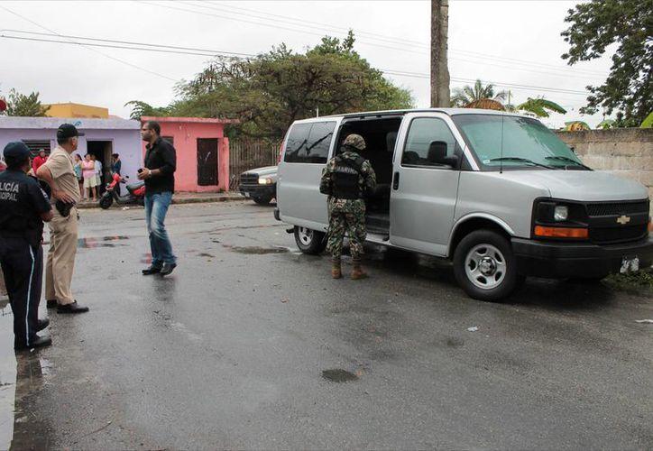 La Van abandonada por los delincuentes, con placas del Estado de México. (SIPSE)