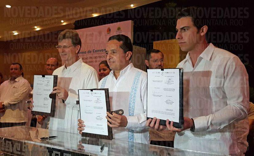 Las autoridades firmaron un convenio para fortalecer las condiciones en materia de seguridad. (Jesús Tijerina/SIPSE)