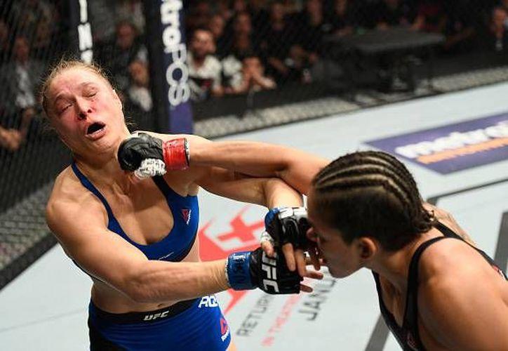 Implacable, Nunes noqueó a Rousey en apenas unos segundos del primer round en la división gallo de la UFC. (ufcespanol.com)