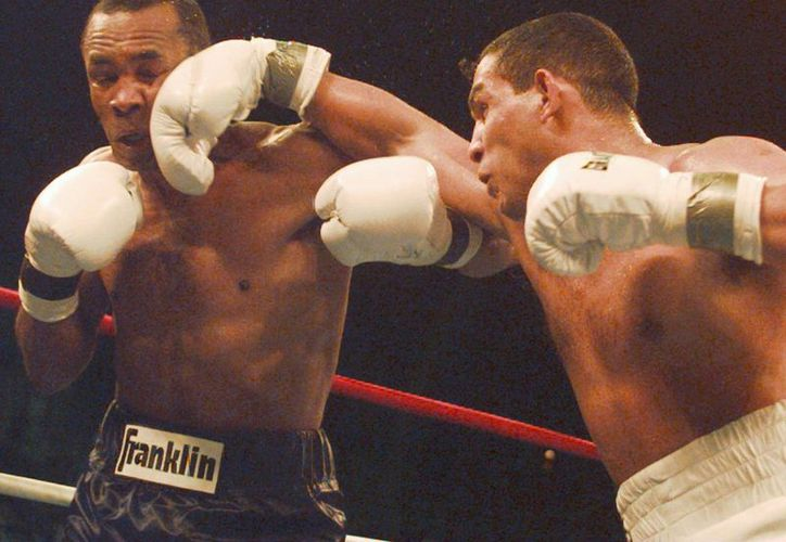 En esta foto, Camacho asesta un derechazo a Shugar Rey Leonard en 1997. (Foto: Agencias)