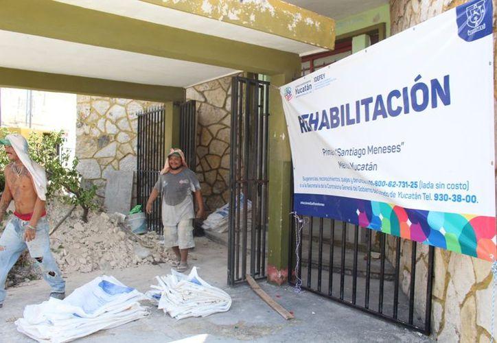 """Continúan los trabajos de rehabilitación de la primaria """"Santiago Meneses"""", ubicada en la calle 52 con 73 del Centro Histórico. (Novedades Yucatán)"""