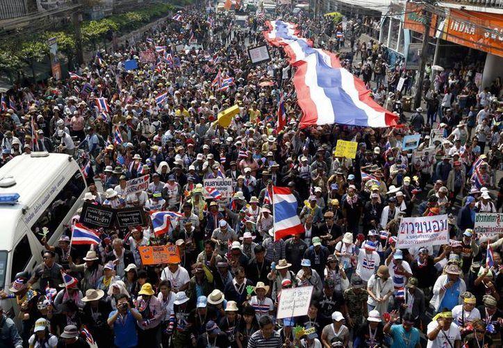 Manifestantes tailandeses antigubernamentales marchan durante una protesta hoy en el centro de Bangkok. (EFE)