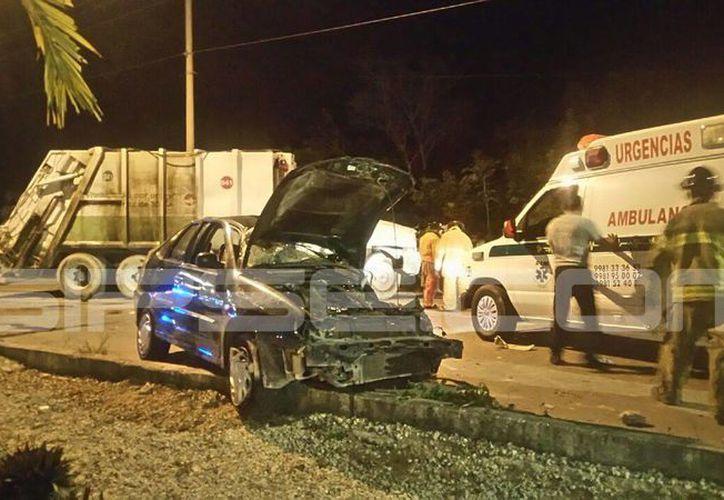 Un automóvil. chocó contra un camión recolector de basura. (Redacción/ SIPSE)