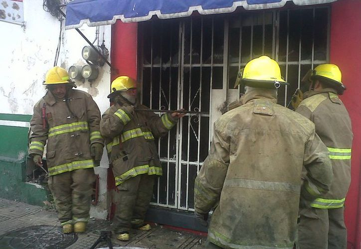 El incendio movilizó a bomberos y policías en el centro de Mérida. (Daniel Martínez/SIPSE)