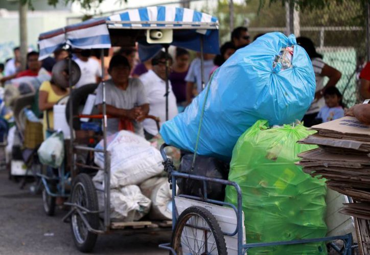 """El programa """"Recicla por tu Bienestar"""" canjea cacharros por productos comestibles. (SIPSE)"""