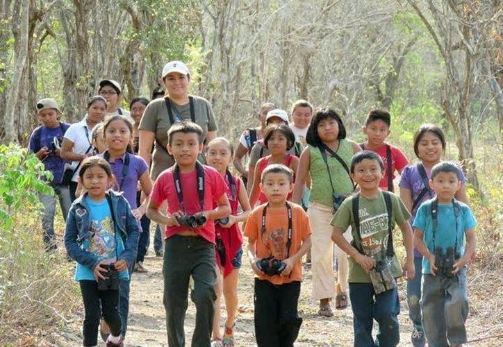 Investigadores en ornitología compartirán con los niños sus conocimientos sobre aves en la 5ª edición del Festival Alas de Yucatán. Imagen de la observación de aves el año pasado. (Milenio Novedades)