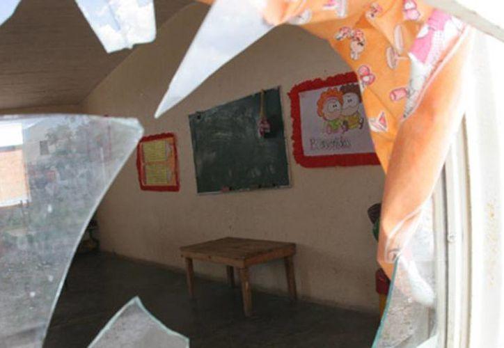 Los ladrones se llevaron del kínder  39 mil pesos, además de una tv de plasma y un celular. Imagen de contexto de la ventana rota de un salón de clases. (codiceenlinea.com)