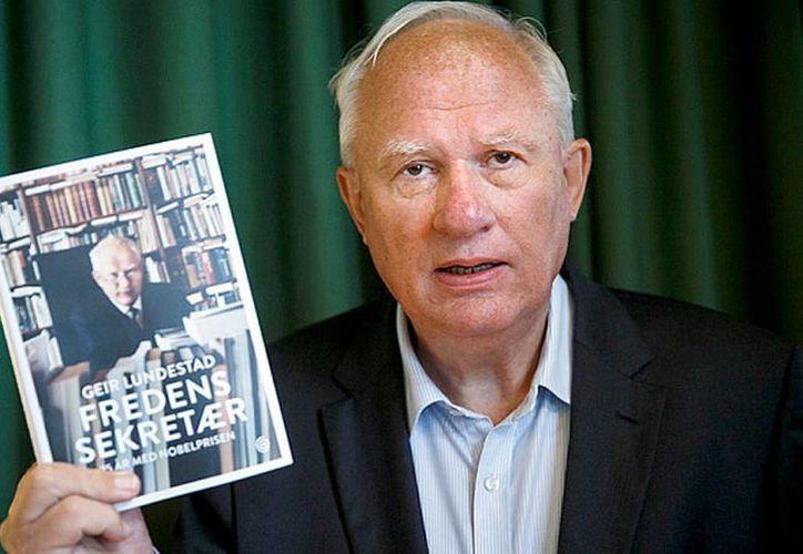 Geir Lundestad muestra el libro 'La paz del secretario' en donde revela sobre los tejes y manejes del comité que selecciona el premio Nobel de la Paz. Sus revelaciones entorpecen la selección de este año, que será anunciada en noviembre. (AP)
