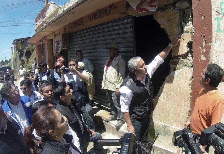 El presidente de Guatemala, Otto Pérez Molina (c), durante su gira de trabajo en el departamento guatemalteco de San Marcos, afectado por el fuerte sismo. (EFE)