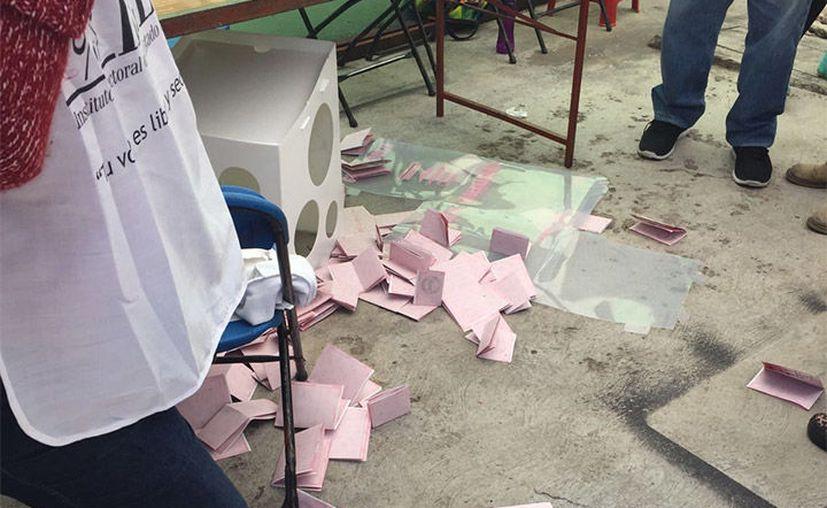 Cuatro sujetos amenazaron a votantes y  funcionarios de casilla, tiraron una urna y se retiraron del lugar. (Foto: Excélsior)