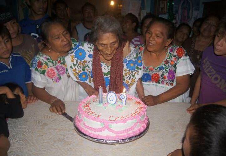 Al cumplir 109 años, la abuelita dijo: 'Diosito ya se olvidó de venir por mí'. (SIPSE)