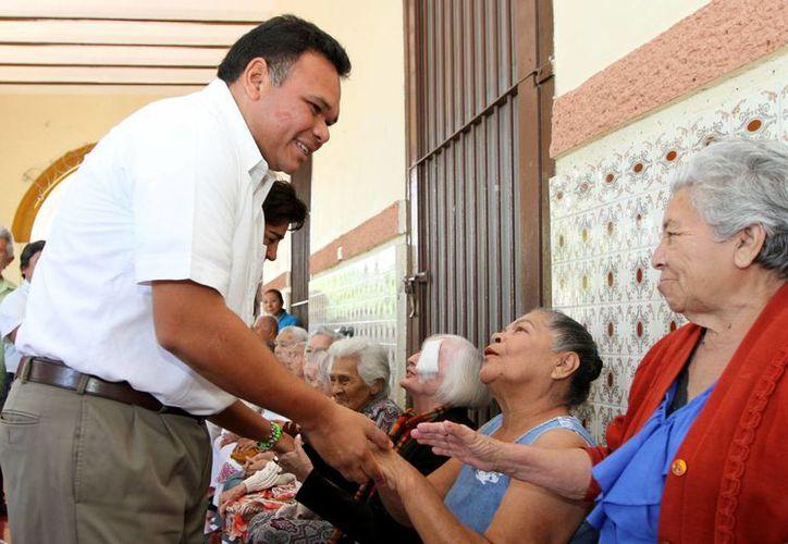 El Gobernador saludó y platicó con los residentes del asilo Burnet Celarain. (Cortesía)