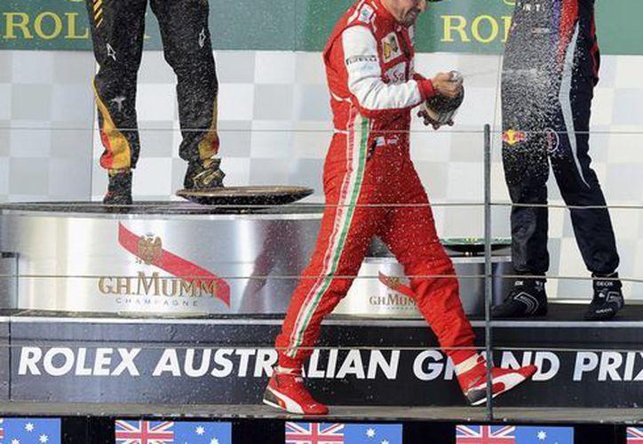 Los ganadores del gran Premio de Australia celebran en el podium. (Agencias)