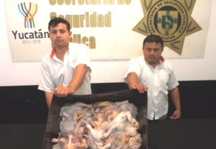 Los acusados trabajaban para una empresa que surtía pollo en un supermercado en la Macroplaza. (Cortesía)