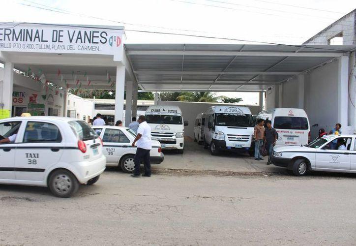 Al día viajan alrededor de mil personas en las camionetas de transporte foráneo de Felipe Carrillo Puerto. (Benjamín Pat/SIPSE)