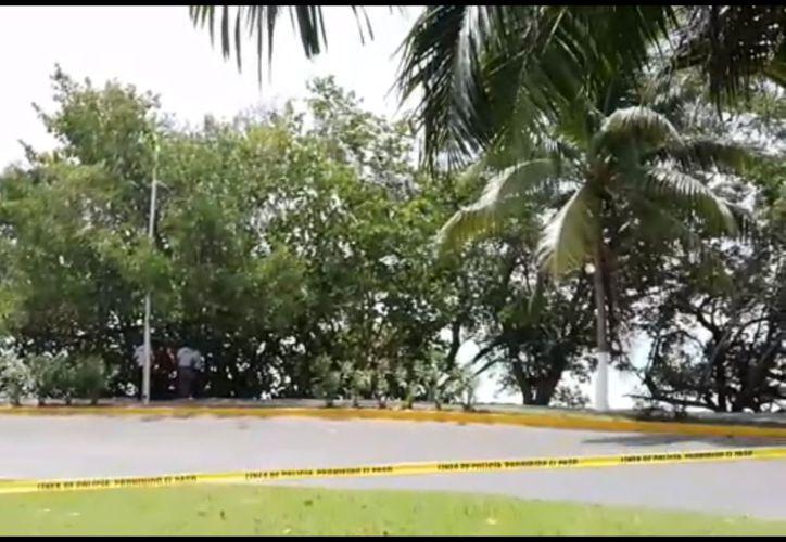 Autoridades acordonaron parte del bulevar Bahía para rescatar el cuerpo sin vida de una persona. (Redacción/SIPSE)