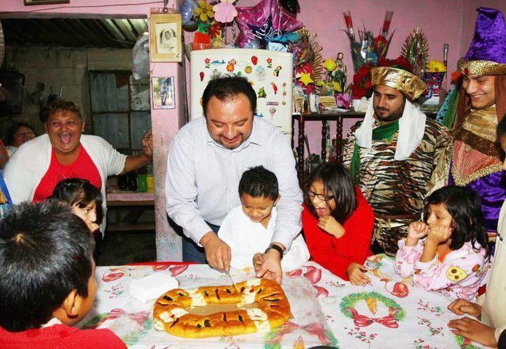 """""""Panchito"""" Torres colaboró con los Reyes Magos en su recorrido para llevar juguetes y dulces a los niños que no les tocó regalo de Santa Claus. (Cortesía)"""
