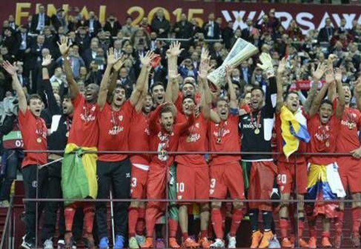 Carlos Bacca fue el hombre de la noche al anotar 2 goles para así guiar al Sevilla al bicampeonato en la UEFA Europa League. (AP)