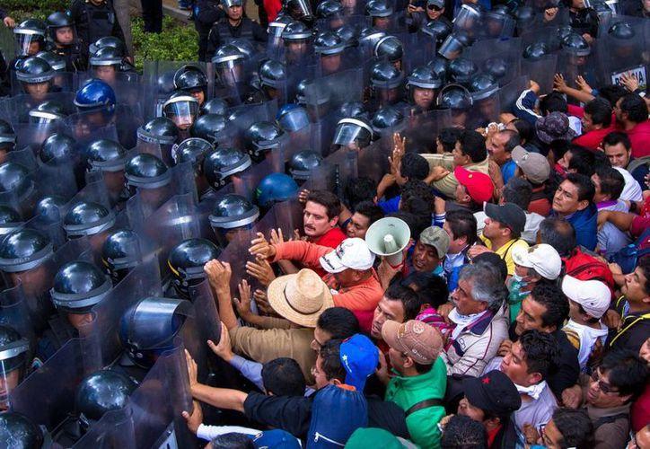 Enfrentamiento de este miércoles entre granaderos y maestros disidentes del CNTE a la altura de Paseo de la Reforma, en el DF. (Notimex/Archivo)