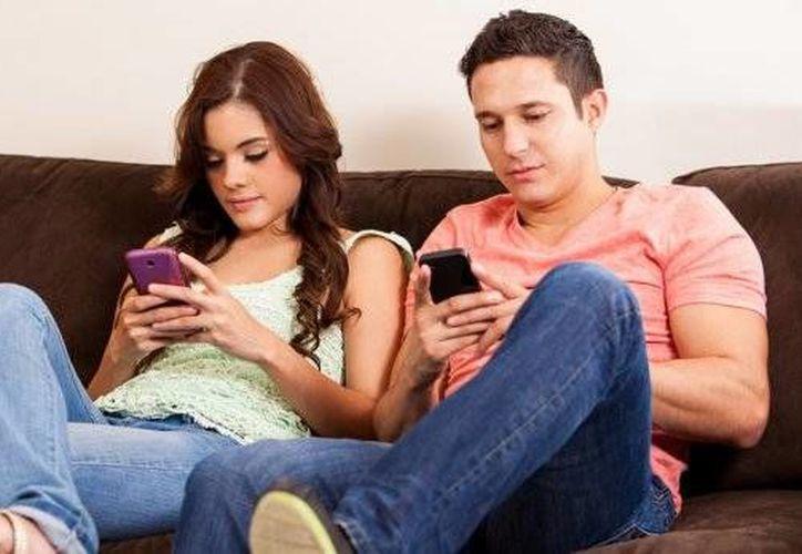 Si te pone nervioso no poder mirar si tienes nuevos whatsapps, podrías ser adicto al celular. (Contexto/Internet)