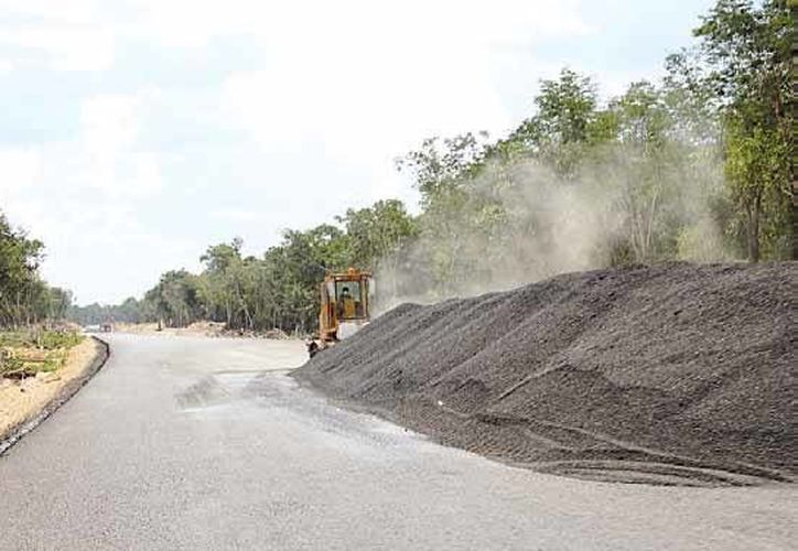 El peso de la maquinaría pesada y del tránsito vehicular de la autopista, representan una amenaza para las tuberías de CAPA. (Octavio Martínez/SIPSE)