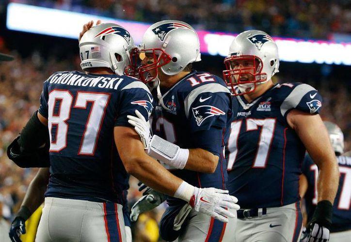 Tom Brady (12) celebra uno de las anotaciones con las que su equipo, Patriotas de Nueva Inglaterra, derrotó a Acereros de Pittsburgh, en el primer partido de la temporada NFL 2015-2016. (AP)