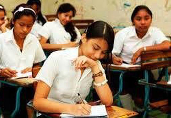 Aunque lo lógico sería comenzar con el sector de educación primaria, lo urgente es atender a los adolescentes. (Contexto/Internet)