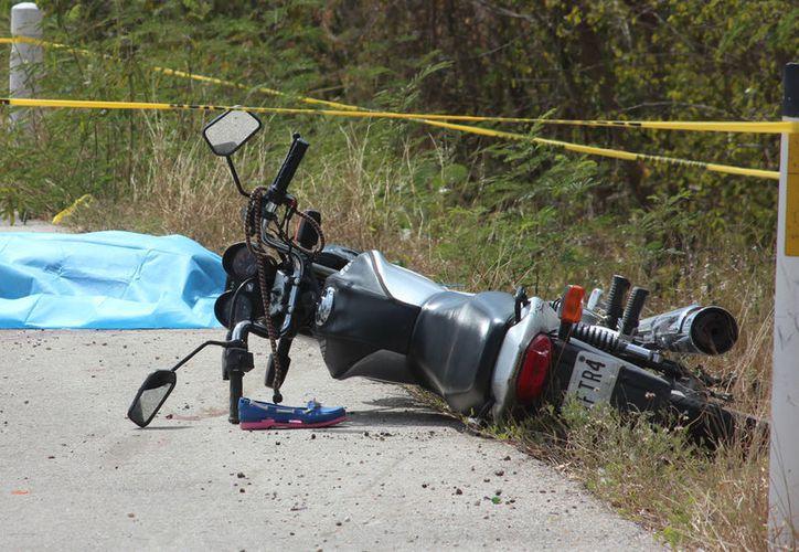 Una mujer, quien viajaba como pasajera de una motocicleta, murió en una accidente, en la carretera Mérida-Motul: la llanta trasera del vehículo estalló y el conductor perdió el control y derrapó. (Aldo Pallota/SIPSE)