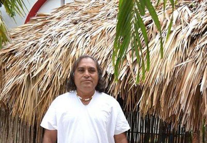 Alejandro Chan Escamilla se dedica a difundir y conservar la identidad de la cultura maya. (Edgardo Rodríguez/SIPSE)