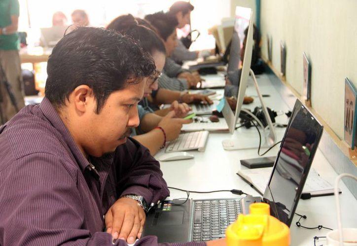 Desde cualquier sitio, con un teléfono inteligente, computadora de escritorio o laptop se pueden consultar las ofertas de las empresas. (Milenio Novedades)