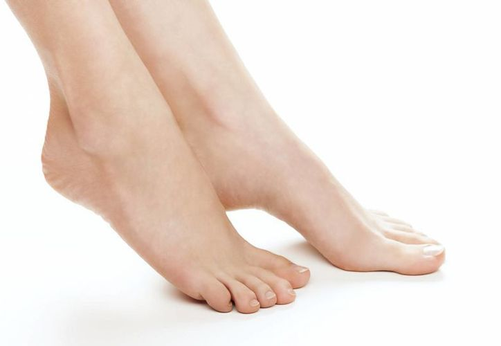 Usar zapatillas muy altas o una talla inapropiada son algunos de los factores.(Contexto/Internet)