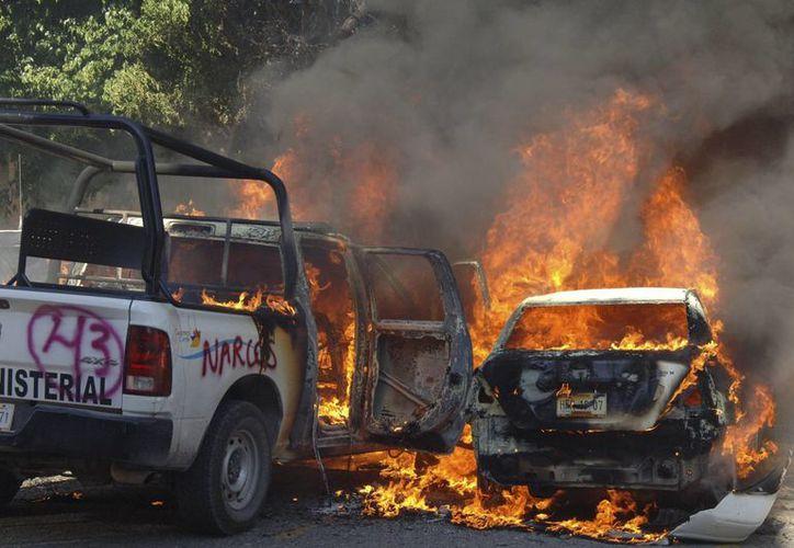 Las patrullas de la Fiscalía de Guerrero ardieron cerca de un depósito de armas. (AP)
