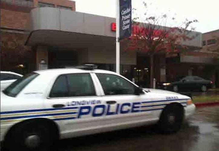Una patrulla de la policía a las afueras del Centro Médico Good Shepherd donde ocurrió el incidente. (twitter.com/WLBT)
