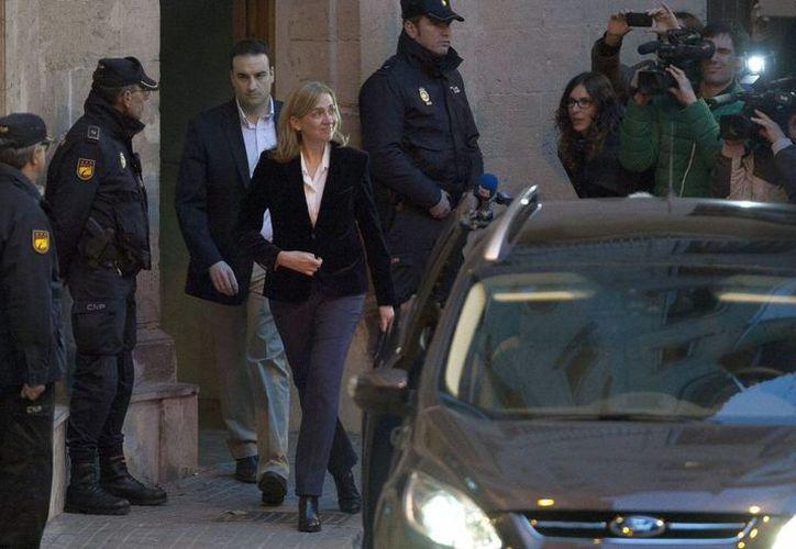 La infanta Cristina a su salida del tribunal de Palma de Mallorca tras finalizar su declaración ante el juez Castro. (EFE/Archivo)