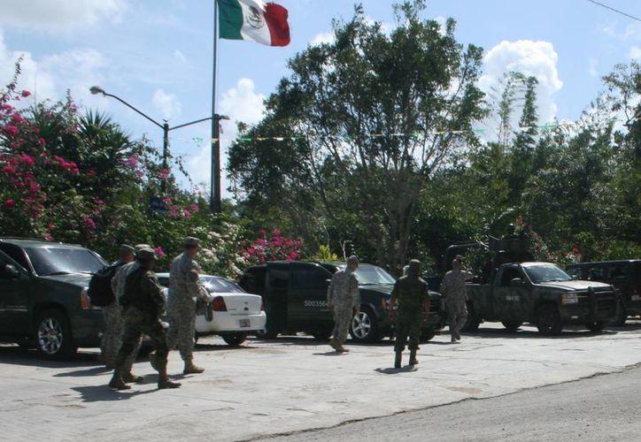 Media docena de corpulentos soldados de los Estados Unidos arribaron en dos vehículos tipo Suburban. (Redacción/SIPSE)
