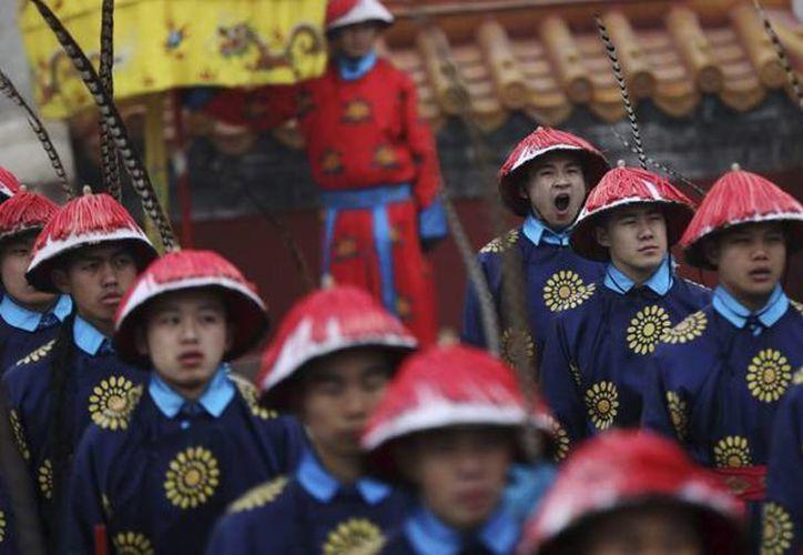 Ensayo para las celebraciones del Gallo de Fuego en Beijing. (EFE)