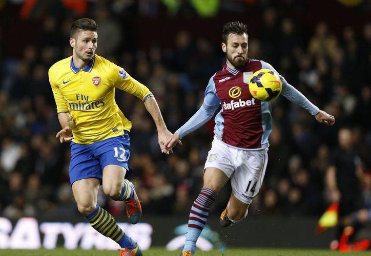Arsenal se valió de dos goles en 59 segundos para imponerse al Aston Villa. (Agencias)