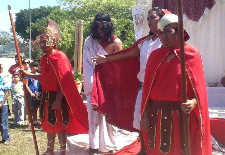 Los romanos azotan a Jesús de Nazareth en la representación del Viacrucis. (Jazmín Ramos/SIPSE)