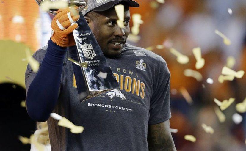 Miller podría se nombrado el 'jugador franquicia' de los Broncos, lo que permitiría a Denver pagarle al defensivo una cantidad más allá del tope salarial. (Foto: AP)