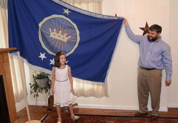 El padre de Emily incluso ya diseñó la bandera de su reino. (tricities.com)